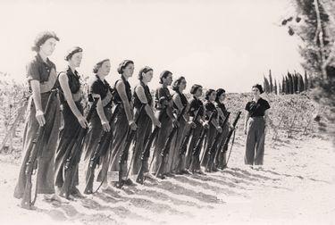 Женщины кибуца тренируются во время палестинской войны 1948 года